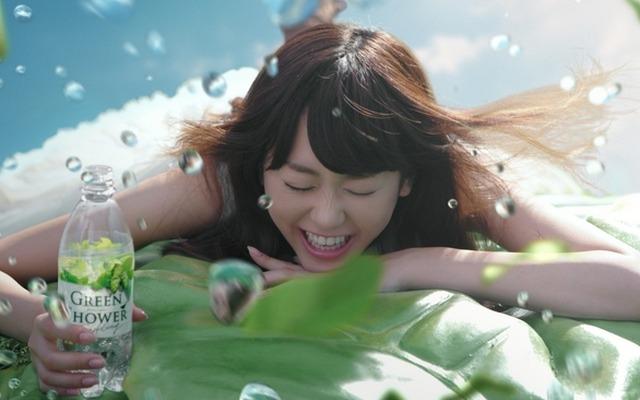 はねる水しぶきに思わず目を閉じる桐谷美玲