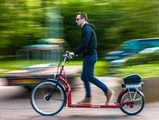 ルームランナーの時代は終わった。歩く電動バイクで街を散歩しよう 画像