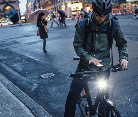 USBで充電できるフレーム内蔵ライトを装備したトレックの街乗りバイク