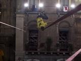 バルコニーを結んで地上10mのダイナミックスラックライン レッドブルイタリア 画像