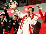 染谷将太&橋本愛、アントニオ猪木と「1、2、3、ダ~!」 画像