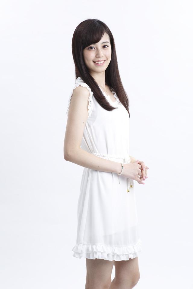 白色ワンピースの久慈暁子